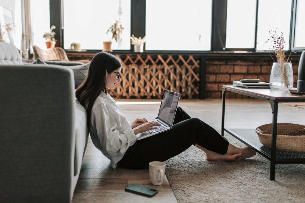 devojka-sedi-na-podu-laptop
